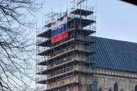 В Сети обсуждают фото с российским флагом, появившимся на соборе в Солсбери